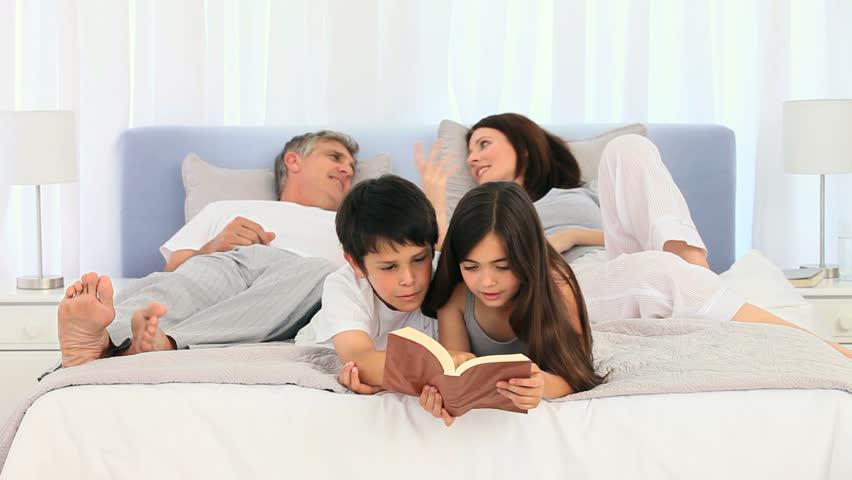 видео в семейной спальне